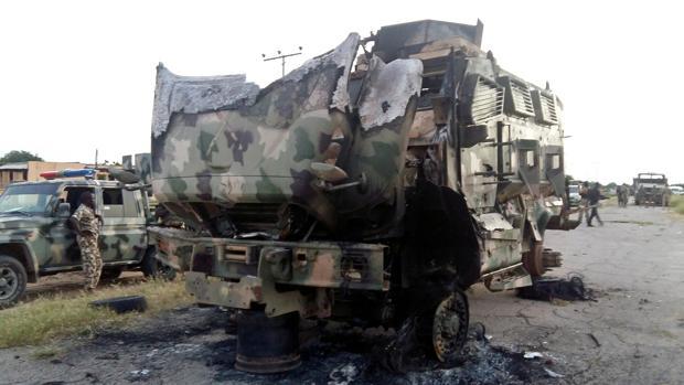 Restos de un vehículo militar tras un ataque en la ciudad nigeriana de Gudumbali el pasado septiembre