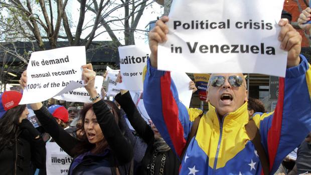 Venezolanos en una protesta en Nueva York