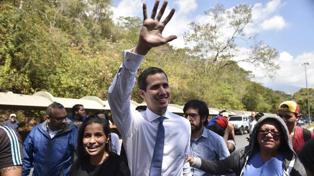El presidente de la Asamblea Nacional legítima, Juan Guaidó, saluda en un cabildo abierto
