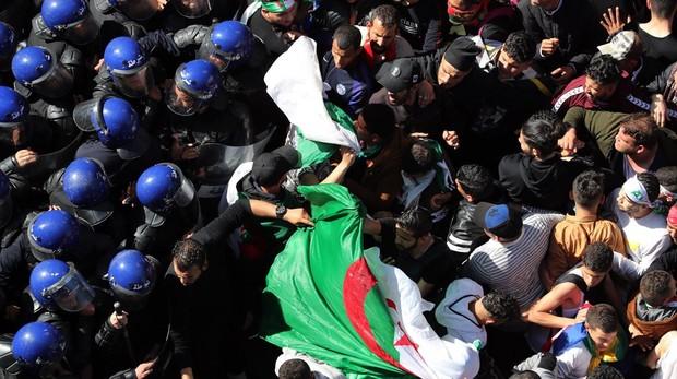 Los antidisturbios tratan de frenar la marea humana de manifestantes en el centro de Argel