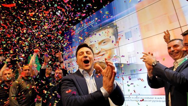 El cómico ucraniano y candidato a la presidencia Vladimir Zelenski, reacciona a la noticia en la sede de su partido