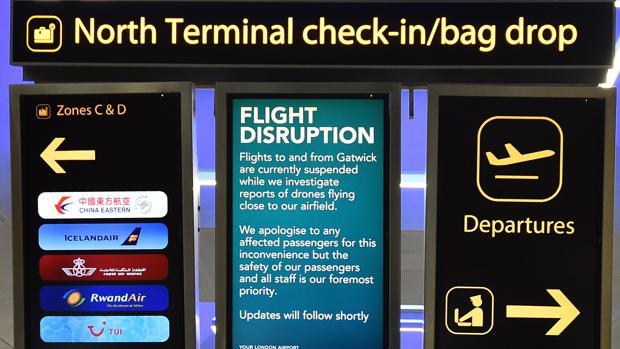 Un cartel anuncia la interrupción de vuelos en el aeropuerto de Gatwick (Londres), el pasado diciembre