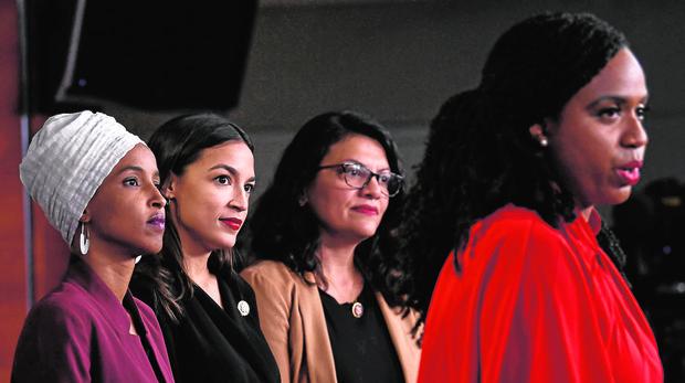 Ilhan Omar, Alejandría Ocasio-Cortez y, Rashida Tlaib,escuchando a la también diputada Ayanna Pressley