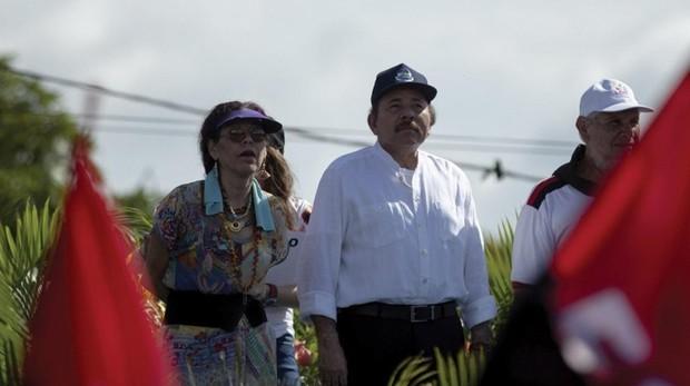 En el centro, el presidente Daniel Ortega, acompañado de su mujer y vicepresidenta, Rosario Murillo