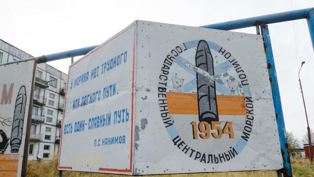 Un cartel en el pueblo de Nyonoksa, a 30 km de Severodvinsk, en cuyo campo de pruebas para armas balísticas habría ocurrido el incidente