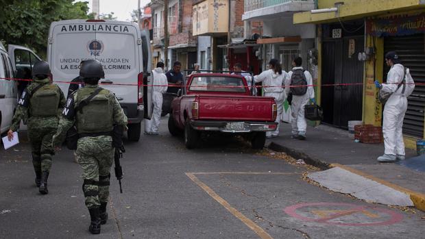 Efectivos de la Guardia Nacional y peritos forenses asisten a la escena de un crimen, en Morelia (México), el pasado 4 de septiembre