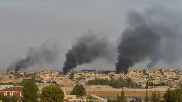 Columnas de humo después del bombardeo turco sobre una ciudad del norte de Siria