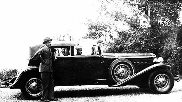 Alfonso XIII , junto a su Duesenberg J