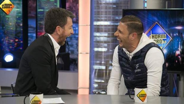 Pablo Motos y Joaquín en 'El hormiguero'.
