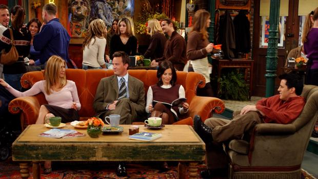 Rachel, Chandler, Monica y Joey, en el Central Perk