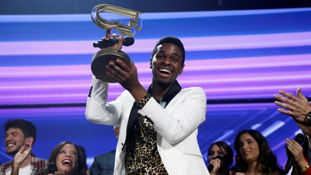 Famous, con el premio que le acredita como ganador de OT 2018