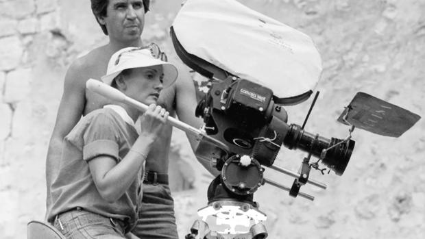 Pilar Miró, durante el rodaje de «El crimen de Cuenca»