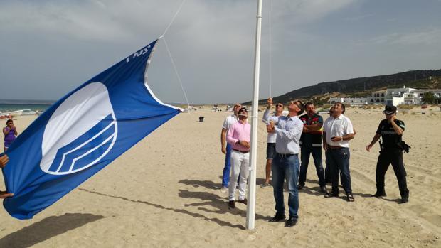 Izado de la Bandera Azul en Zahara de los Atunes.