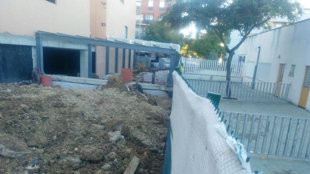 Una valla separa las obras que se realizan en el Centro Universitario de Enfermería y el colegio