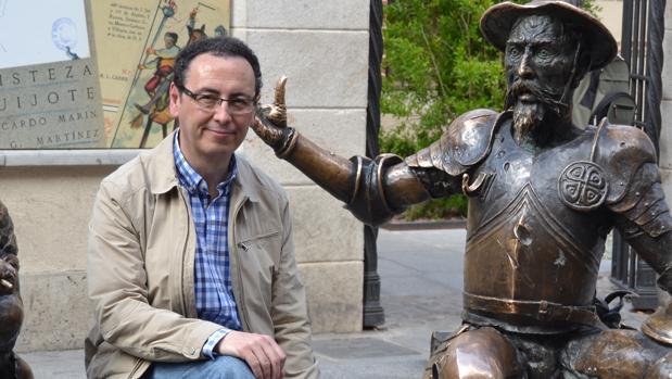 El archivero de La Puebla de Cazalla, José Cabello, junto a una estatua de Don Quijote