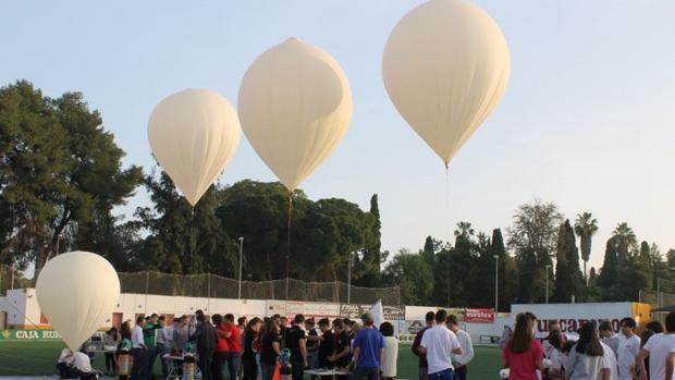 Lanzamientos de globos desde el estadio municipal de fútbol San Juan Bosco