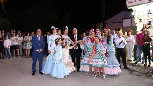 Las reinas infantil y mayor y sus damas de la Feria del El Cuervo 2017 acompañaron al alcalde en el encendido del alumbrado especial