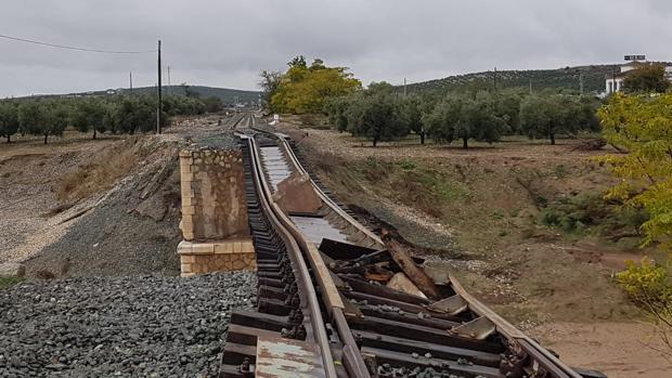 Así quedó la vía sobre el puente de Aguadulce sobre el río Blanco tras las últimas riadas del pasado mes de octubre