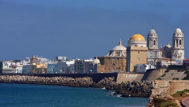 Una imagen turística típica de Cádiz, con la Catedral al fondo.