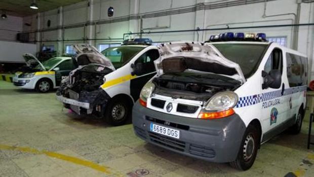 Varios vehículos policiales se encuentran en el taller a la espera de ser reparados.