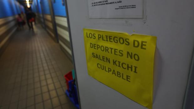 Uno de los carteles que colgaron ayer en instalaciones deportivas municipales.