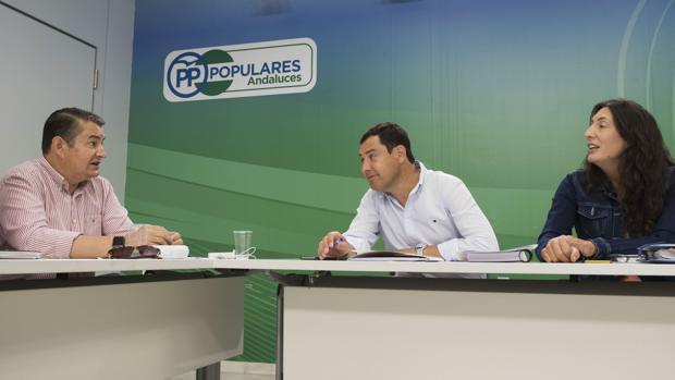 Foto de archivo en la que aparecen Antonio Sanz, Juanma Moreno y Loles López