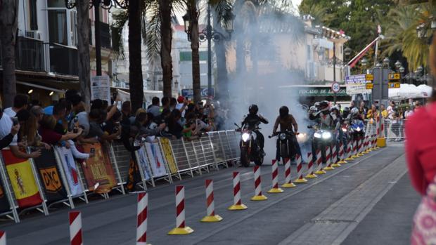 Un motero quema rueda en Micaela Aramburu.