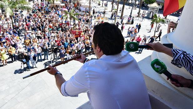 El alcalde José María González ofrece el bastón de mando a los ciudadanos congregados en San Juan de Dios