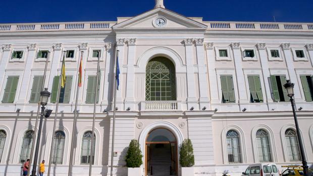 La puerta de Ayuntamiento ya está abierta.