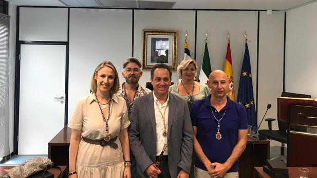 El alcalde socialista Antonio Suárez junto al resto de sus concejales