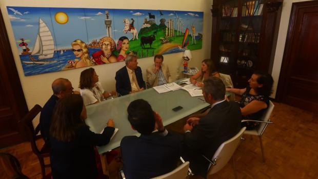 Reunión en Diputación para abordar el informe de la Comisión.