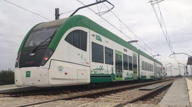 El tranvía, durante unas pruebas.