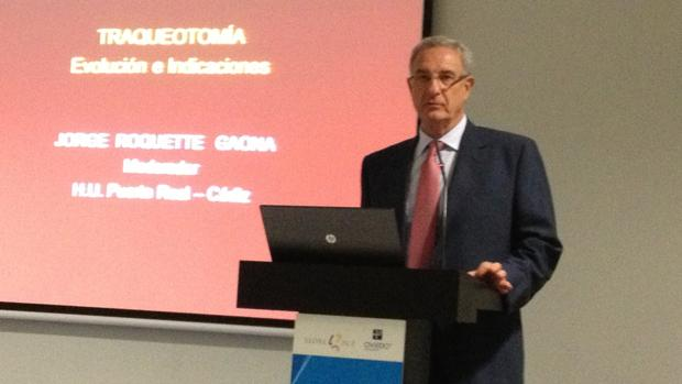 Jorge Roquette Gaona modera una conferencia.