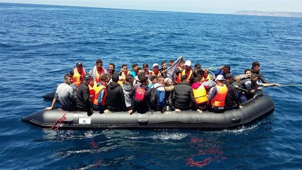 Una patera rescatada en el Estrecho.