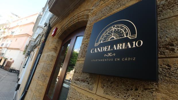Candelaria 10 está situado en plena plaza del mismo nombre y cuenta con cinco apartamentos turísticos.