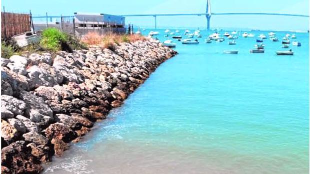 Lugar donde se proyectó la playa de Puntales, una calita que sólo se deja ver con la marea baja frente a las embarcaciones del Club Náutico.