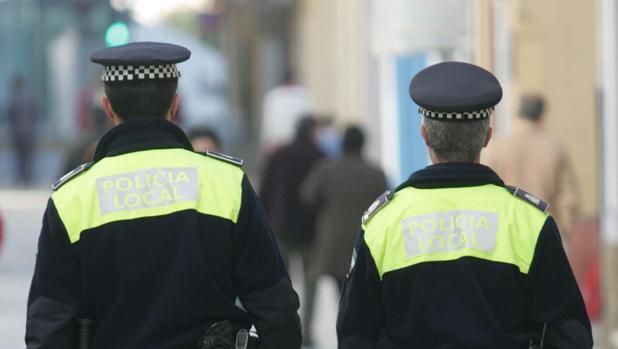 Dos agentes de la Policía Local patrullan por las calles del centro.