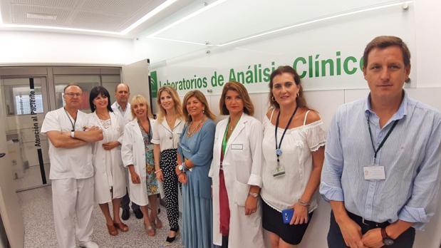 Visita de Ana Mestre, delegada del Gobierno de la Junta en Cádiz, a los laboratorios del hospital