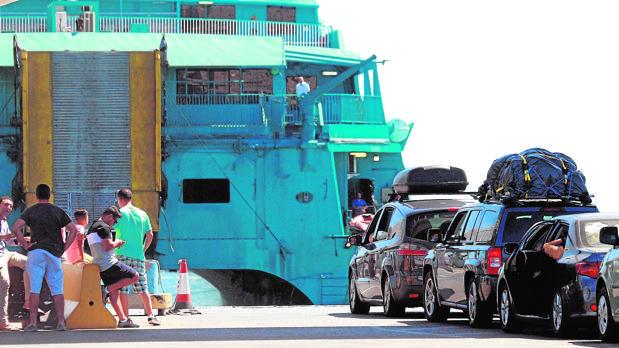 Fila de vehículos esperando su turno para cruzar el Estrecho de Gibraltar