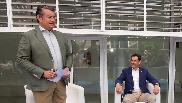 Antonio Sanz con Juanma Moreno en un acto