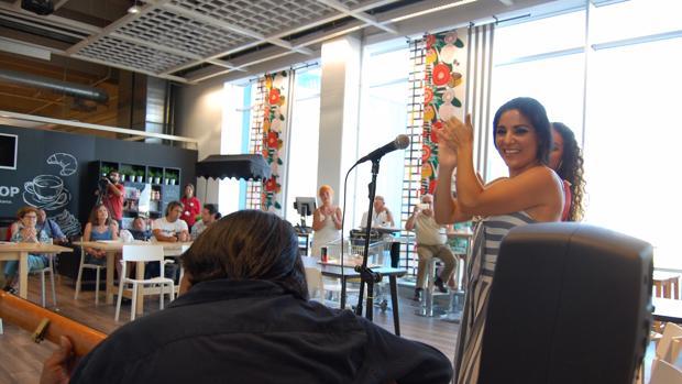 Actuación de la cantaora flamenca en las instalaciones de Ikea en Jerez.