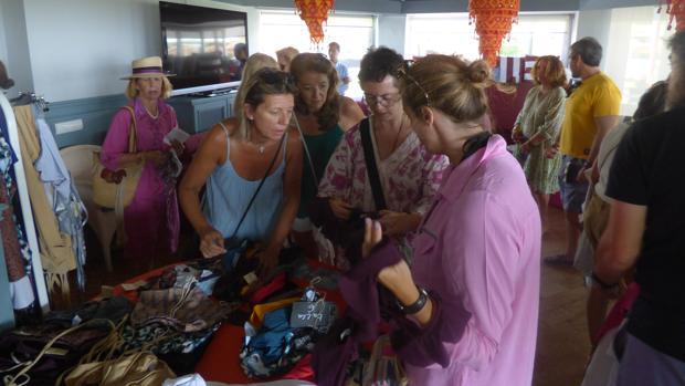 El Bazar Solidario de Sotogrande de la India volvió a reunir a numerosas personalidades en el Club de Playa El Octógono.