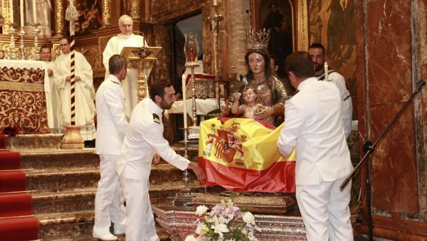 La iglesia de Santa Ana acogió la misa para bendecir la bandera del buque escuela.
