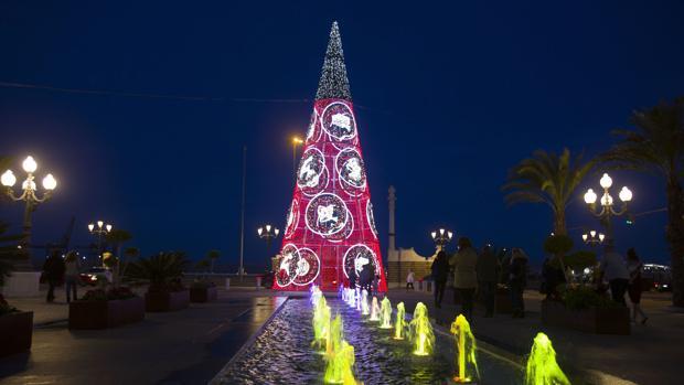 El pasado año los operarios estaban colocando la iluminación navideña el mismo día de Nochebuena.