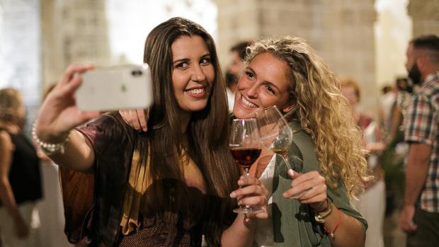 Dos jóvenes brindan con caldos de Jerez