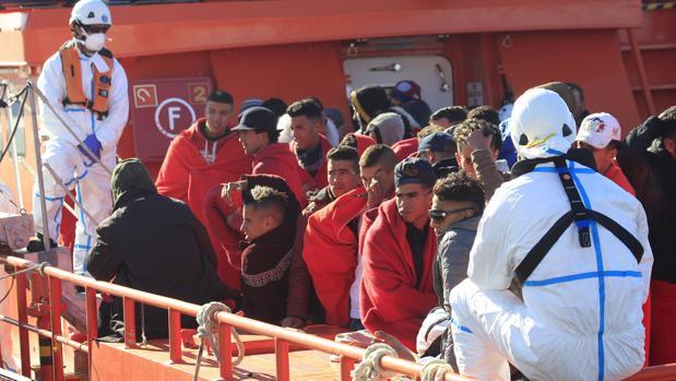 Imagen de Salvamento Marítimo tras rescatar a 49 inmigrantes en el Estrecho el pasado mes de enero.