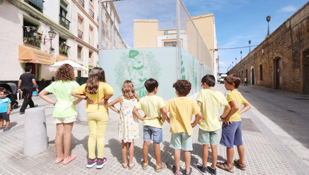 Varios alumnos del Colegio Celestino Mutis, vestidos de amarillo