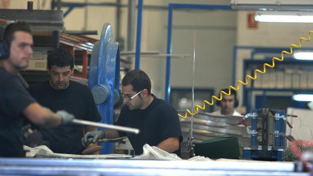 Operarios trabajando en una fábrica de la provincia de Cádiz.