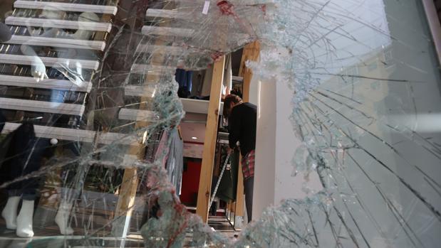 Cristal roto de un escaparate de una tienda de Cádiz en la que intentaron robar.