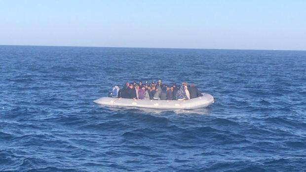 Una de las neumáticas rescatadas este verano en aguas del Estrecho.